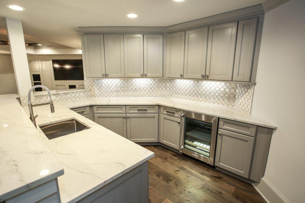 A kitchen with subway tile backsplash